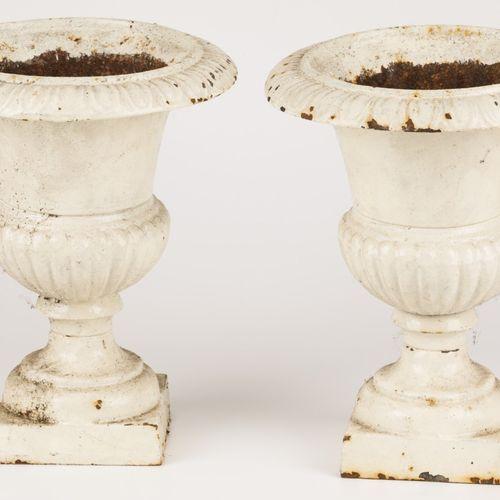 A set of (2) small cast iron garden vases, 20th century. Peint en blanc et avec …