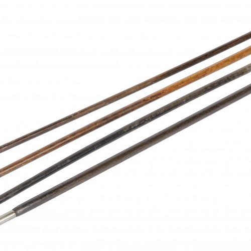 A lot comprising (4) various walking sticks, 19th/20th century. 有各种设计,包括银色的手柄。估计…
