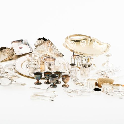 A lot of various silver plated items, 20th century. Comprenant un panier à houpp…
