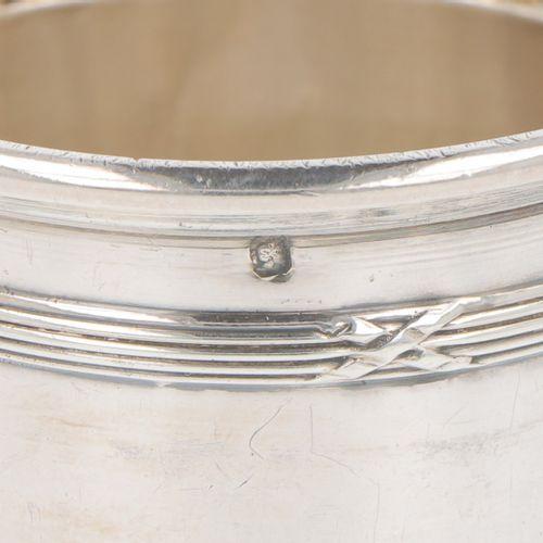 (2) Piece lot of silver drinking cups. Geschmückt mit verschiedenen geformten un…