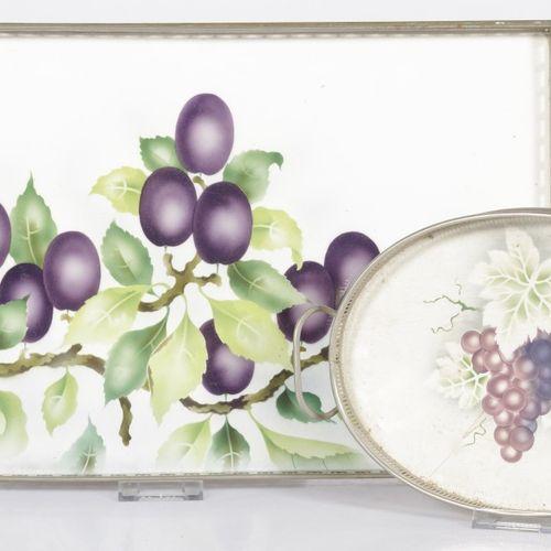 A lot comprising (2) various serving trays, 20th century. 其中一个有梅花图案,另一个有一串葡萄。估计:…