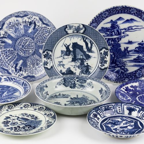 A lot comprising various pocelain and earthenware blue and white. Diverses scène…