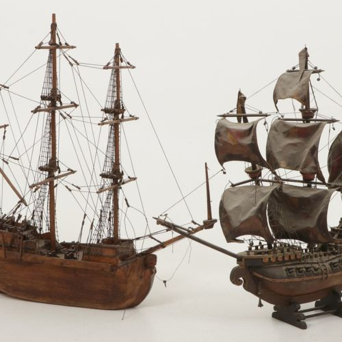 A lot comprised of (2) various model ships, 20th century. Divers dommages, diver…