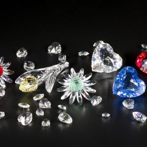 (6) Part lot Swarovski miniatures. 由三颗心(红、白、蓝),两朵雏菊(红、绿)和一朵郁金香(黄)组成,有一个装有施华洛世奇心形…