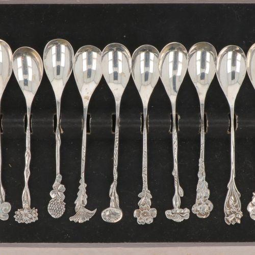 (12) piece set of silver flower teaspoons. Adornado con 12 flores estilizadas. P…