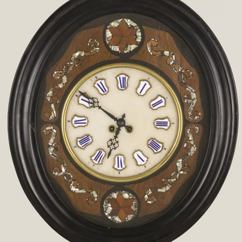 An oeil de boeuf clock, circa 1900. La face du cadran avec des cartouches avec d…