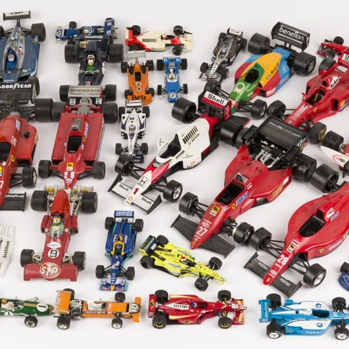 (37) piece lot Formula 1 model cars Composé de diverses marques dont Mebetoys, B…