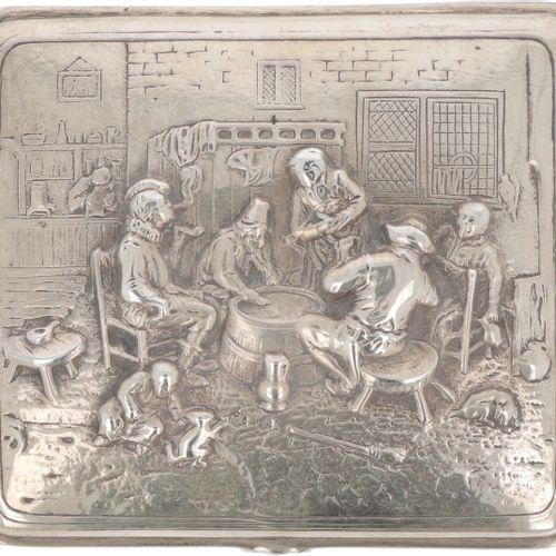 Tobacco box silver. Modelo con decoraciones de escenas en relieve y tapa convexa…