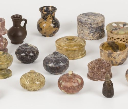 A lot comprised of various items a.W. Mostly boxes of various mineral rocks, ca.…