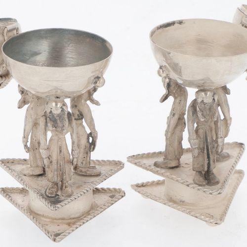 (2) piece salt & pepper set silver. Kugelfach, getragen von 3 Figuren auf dreiec…