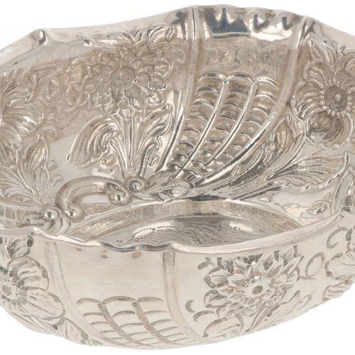 Sugar basket silver. Mit getriebenem und ziseliertem Dekor mit Blumen und Blätte…