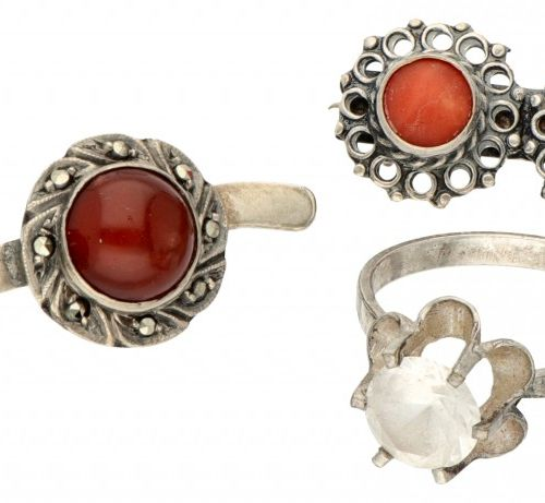 Lot comprising two silver vintage brooches and a ring 835/1000. Engastado con co…
