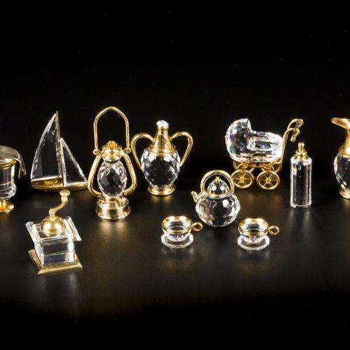 (9) piece lot Swarovski miniatures 包括:茶具,酒具,帆船,婴儿车和咖啡研磨机。带原包装盒,状况各异。估计:10 50欧元。