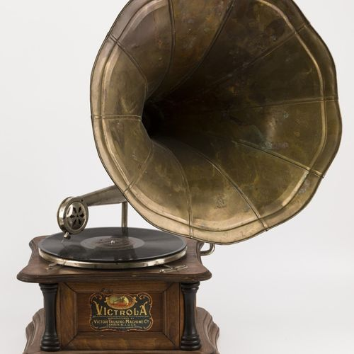 """A """"Victrola"""" grammophone, United States, early 20th century. In Holzkiste und be…"""