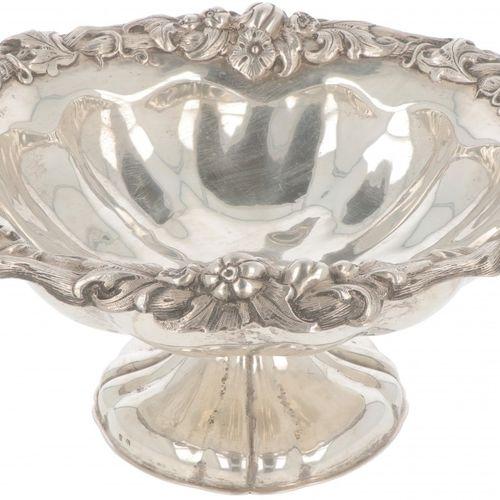 Fruit bowl on a silver base. Exécuté avec des décorations botaniques ciselées. D…