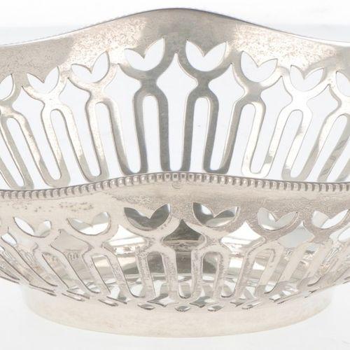 Silver bonbon or 'sweetmeat' basket. 椭圆形模型,侧面有镂空,边缘有焊接的珠子。荷兰,Schoonhoven,H. Hooi…