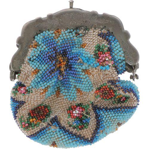 Bracket purse silver. Precioso modelo con decoración Biedermeier grabada y bolsa…