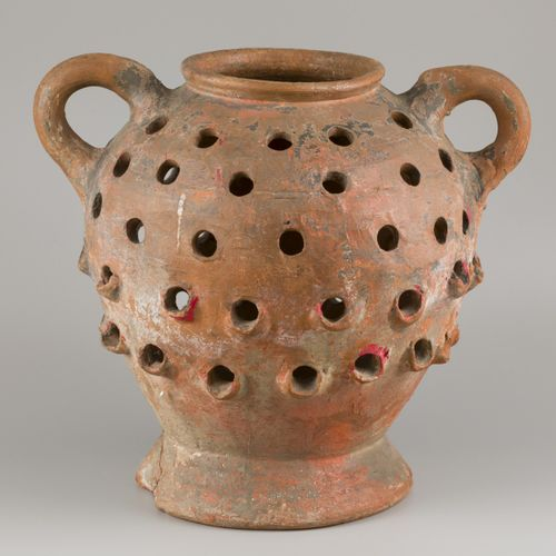 A terracotta so called strawberry pot or herb garden. 高度:约43厘米。估计:30 50欧元。