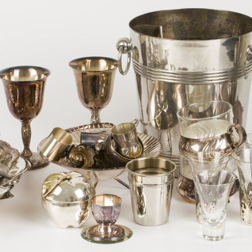 A lot comprised of various silvered items, o.W. A wine cooler, 20th century. Nul…