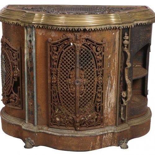 A cast iron heater, France, 19th century. 上面有一个异形的边框,正面有两个异形门,侧面有两个带同样门的隔间(一个单独存…