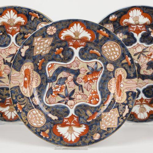 A set of (3) Japanese deep plates, Imari decoration. Traces de cheveux et éclats…