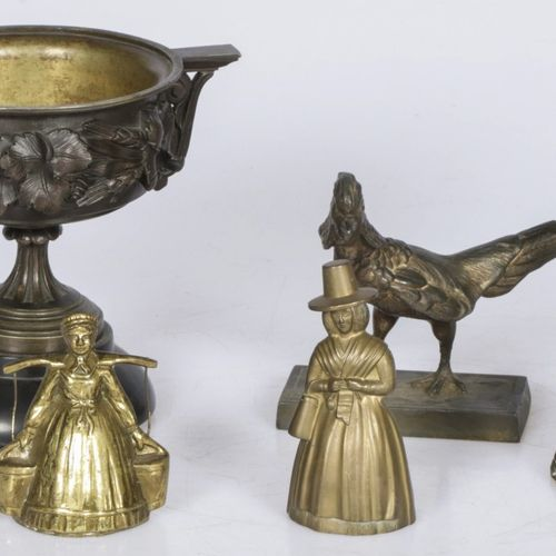 A lot of various copper items a.W. (3) table bells in the shape of female figure…
