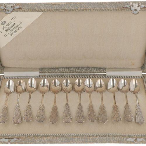 (12) piece set of silver coffee spoons. Adornada con decoraciones Biedermeier gr…