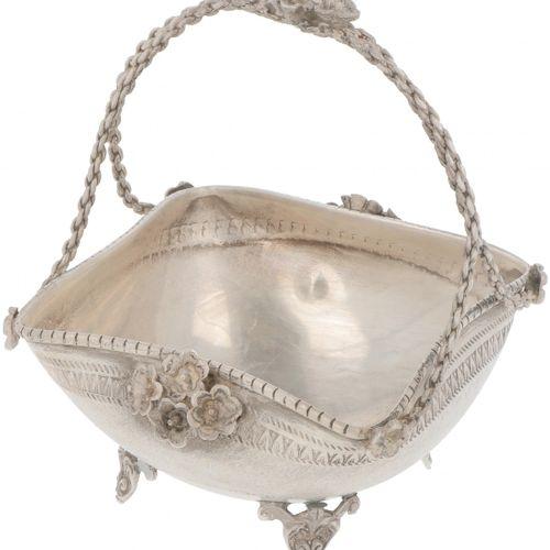 Pastille handle basket silver. Modelo cuadrado con fondo convexo y asa torcida s…