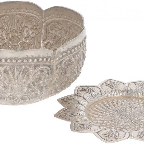 (2) piece lot comprising bowl and coaster silver. Realizado con decoraciones tra…