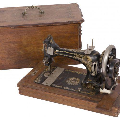 A sewing machine in its original case, Germany(?), ca. 1900. Mit Kunstlackdekor …