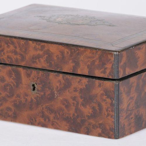 A walnut veneered trinket box, ca. 1900. 盖子上有引塔夏和绗缝的内衬。