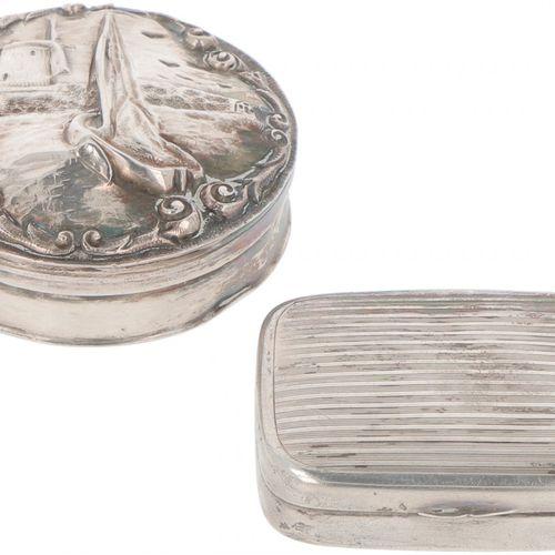 (2) piece lot of silver boxes. Bestehend aus 2 Pfefferminz /Pillenschachteln in …