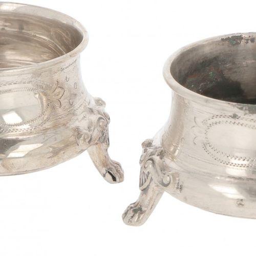 (2) piece set of salt cellars silver. Avec des décorations guillochées gravées e…