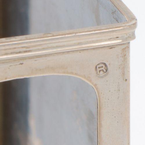Matchbox holder silver. Con una escena de batalla naval en relieve y laterales c…