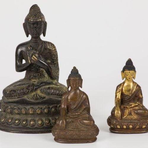 A lot of (3) bronze Buddhas. Tibet, 20th century. H. 9 & 15 cm.