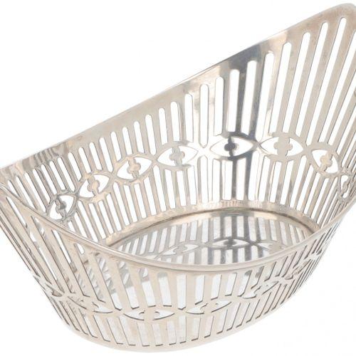 """Silver bonbon or """"sweetmeat"""" basket. Modelo en forma de barco con lados calados.…"""