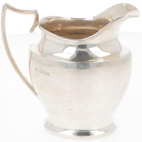 (3) Piece tea service silver. Modelo de forma ovalada sobre pie con asas y remat…