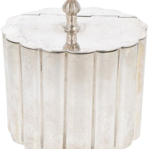 Table trash can silver plated. Ovales, gelapptes Modell mit Scharnierdeckel. Cla…