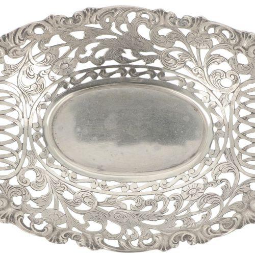 Bonbon or 'sweetmeat' basket silver. Geformtes Modell mit durchbrochenem Rand, d…
