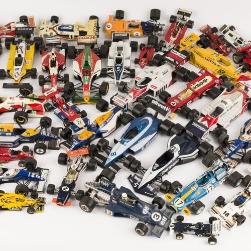 (39) piece lot Formula 1 model cars 由各种品牌组成,包括Politoys, Burago, Polistil, Corgi玩…