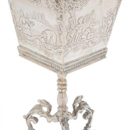 Bottle holder on silver base. Modelo cuadrado con escenas decorativas y base de …