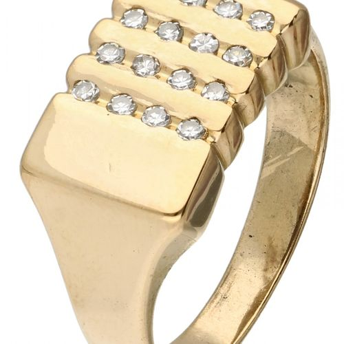 14K. Yellow gold signet ring set with approx. 0.16 ct. Diamond. 16 diamantes de …