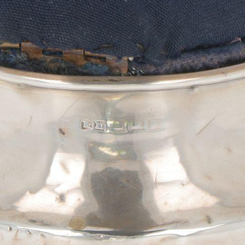 Pincushion silver. Modèle rond avec fond lesté et couvercle à charnière. Royaume…