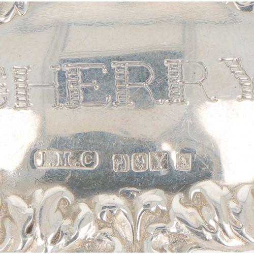 (3) piece lot bottle labels silver. In verschiedenen Ausführungen. 20. Jahrhunde…