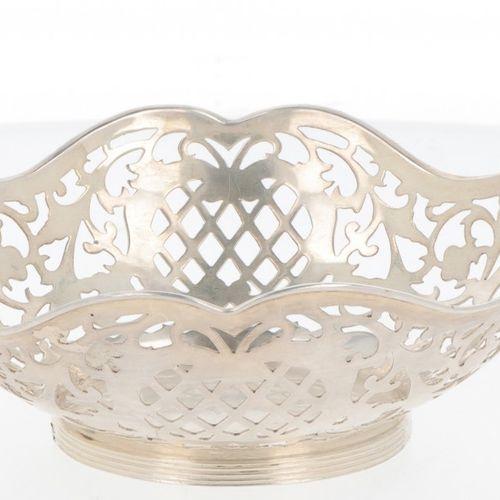Bonbon basket silver plated. Ovales Modell mit durchbrochenen Seiten, gelöteten …