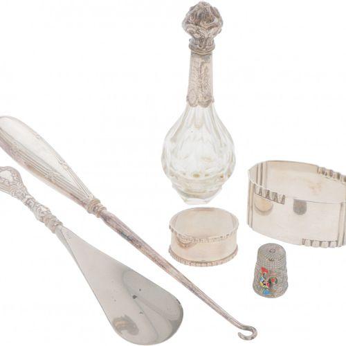 (6) piece lot, various silver. Consta de un frasco de perfume, un servilletero, …