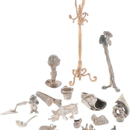 Large lot of various miniatures silver. Verschiedene Versionen der Garderobe und…