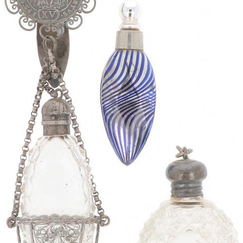 (3) piece lot perfume bottles silver. Varios modelos, incluido un modelo base. R…