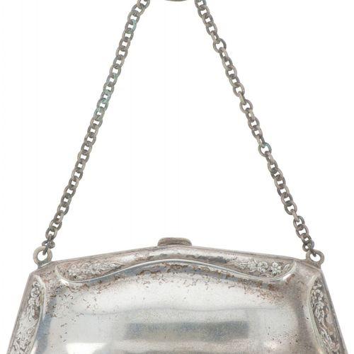 Ball bag silver plated. Schlankes Modell mit floralem Reliefdekor und Kette. 20.…