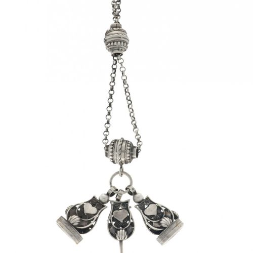 Chatelaine with two signets Silver 银质(925/1000)状况:良好 长度:40厘米 重量:51.4克。估计价值: € 25…